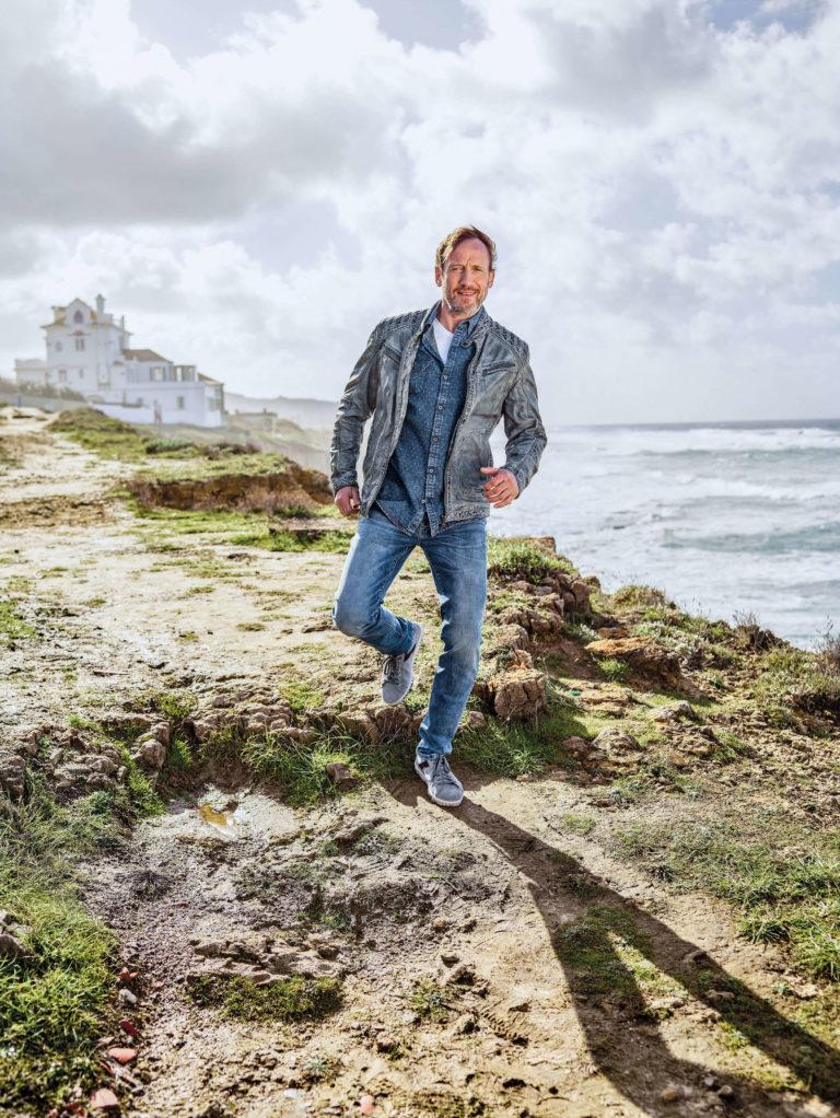 Wotans Highlight - Herren Lederjacke in hellblau mit Jeanshemd und Blue Jeans