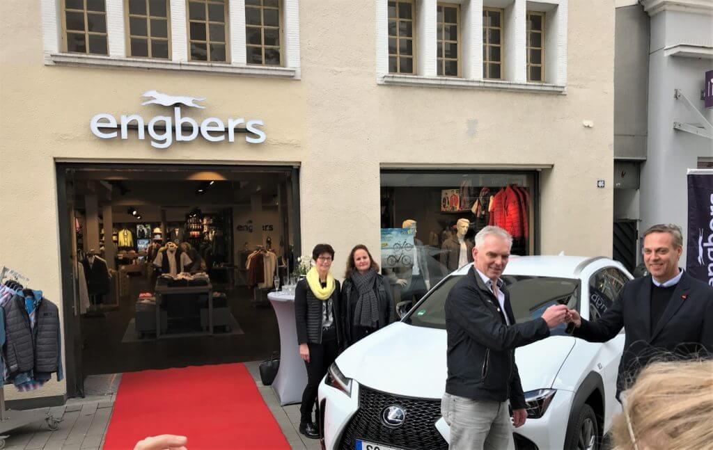 Gewinnübergabe des Lexus UX Hybrid Auto