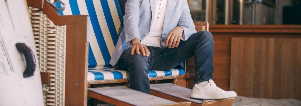 Herren Sakko in hellblau, Jeans in blau und weiße Sneaker - Strandkorb