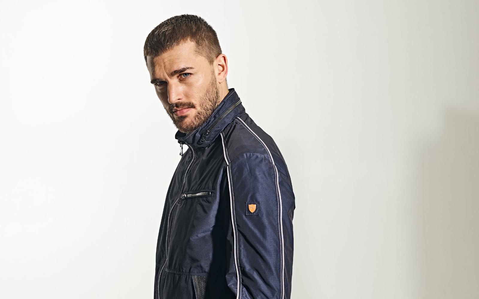 Model präsentiert leichte Jacke